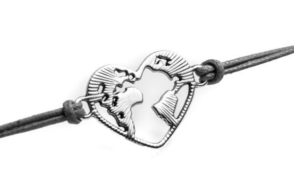 Dettaglio mondo a forma di cuore in metallo bracciale nero