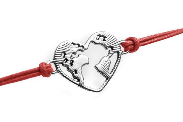 Dettaglio mondo a forma di cuore in metallo bracciale rosso